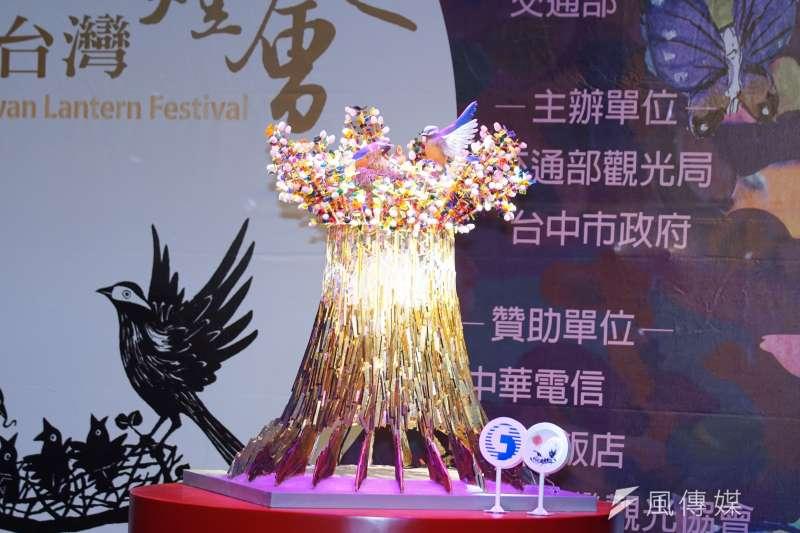 交通部觀光局13日舉行「2020台灣燈會」主燈暨小提燈造型發表記者會,主燈「森生守護-光之樹」亮相。(盧逸峰攝)
