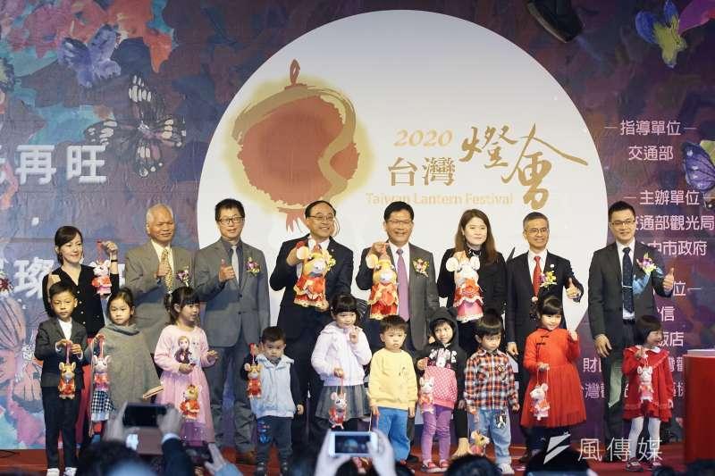 20200113-交通部觀光局13日舉行「2020台灣燈會」主燈暨小提燈造型發表記者會,與會者大合影。(盧逸峰攝)