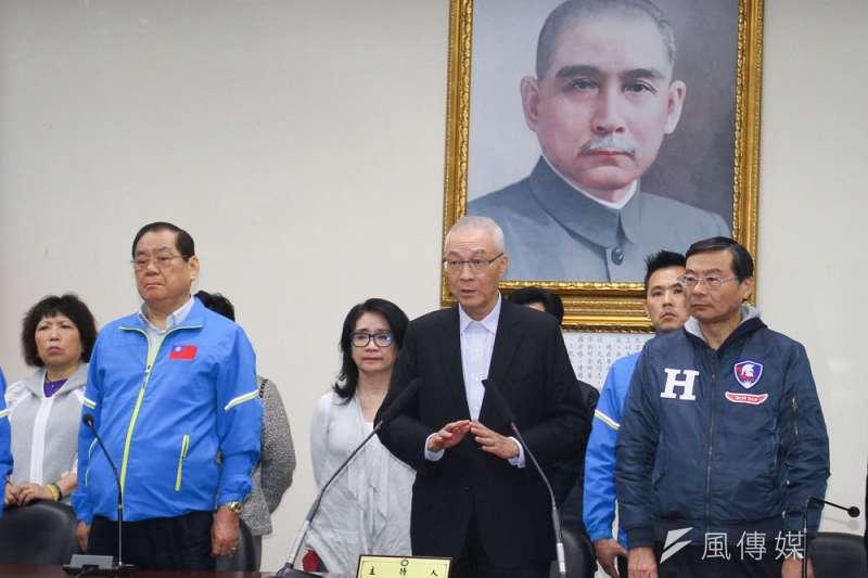 國民黨總統立委選戰慘敗,黨主席吳敦義(前排中)率黨務高層宣布總辭。(蔡親傑攝)