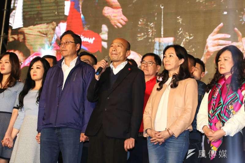 韓國瑜(右三)的支持群眾,始終無法從韓粉和深藍圈子擴散出去。(柯承惠攝)