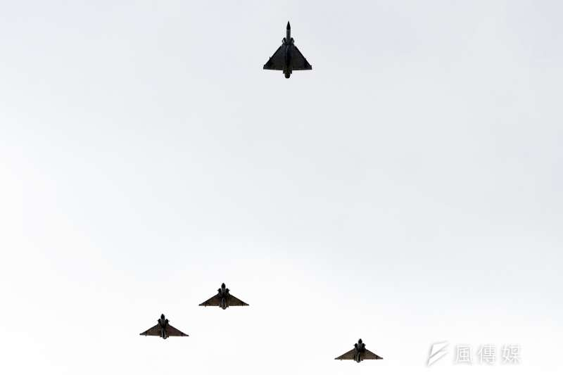20200114-國防部在14日上午於空軍松指部舉行聯合公奠典禮,4架幻象2000戰機以「追思致敬隊形」通過會場上空。(蘇仲泓攝)