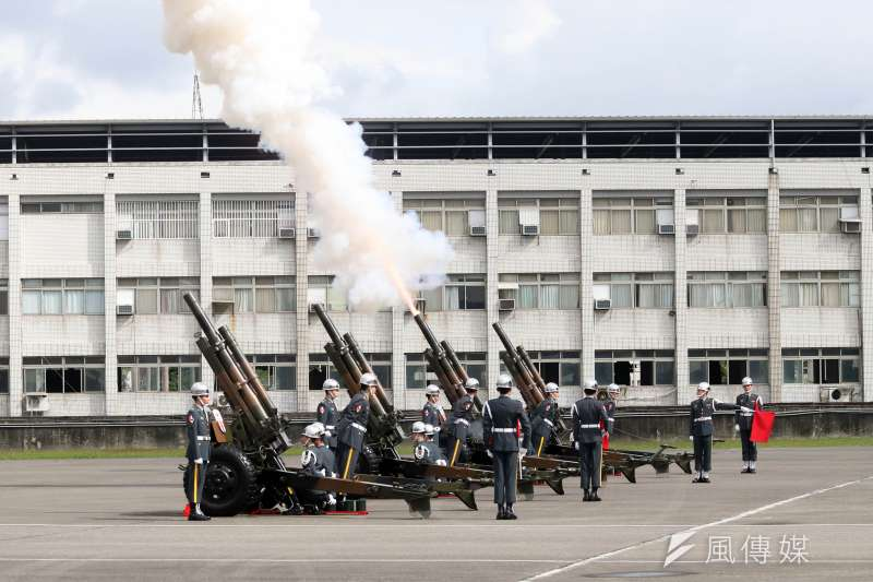 20200114-國防部在14日上午於空軍松指部舉行聯合公奠典禮,陸軍禮砲連特別以19響「矧砲」為總長一行送別。(蘇仲泓攝)
