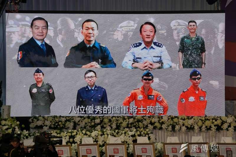 20200114-國防部14日舉行0102殉職將士聯合公奠,會中播放緬懷影片。(盧逸峰攝)