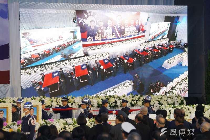 20200114-國防部14日舉行0102殉職將士聯合公奠,圖為國旗覆棺儀式。(盧逸峰攝)
