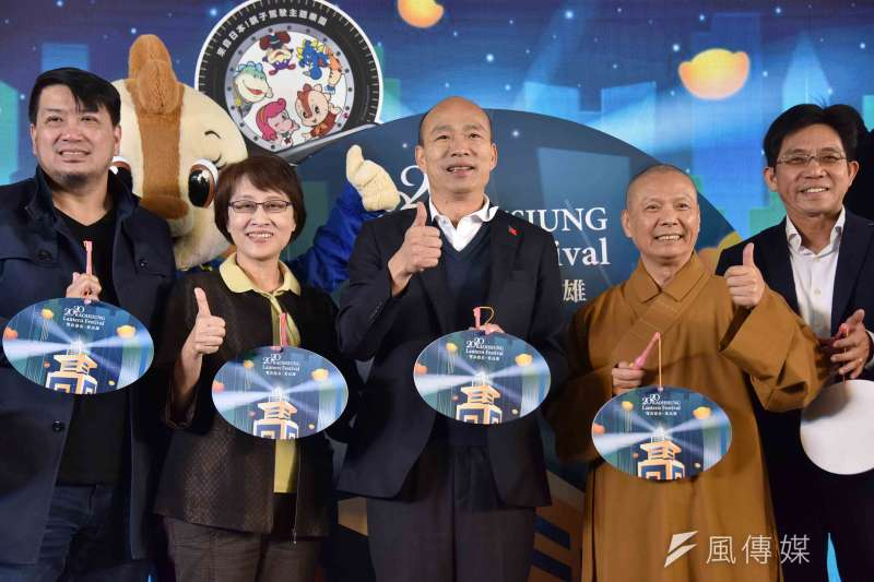 高雄市長韓國瑜(左3)、觀光局邱俊龍(右1)出席高雄燈會藝術節記者會。(圖/徐炳文攝)