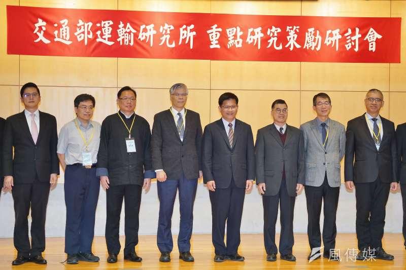 交通部長林佳龍(右四)14日出席「交通部運輸研究所重點研究策勵」研討會。(盧逸峰攝)