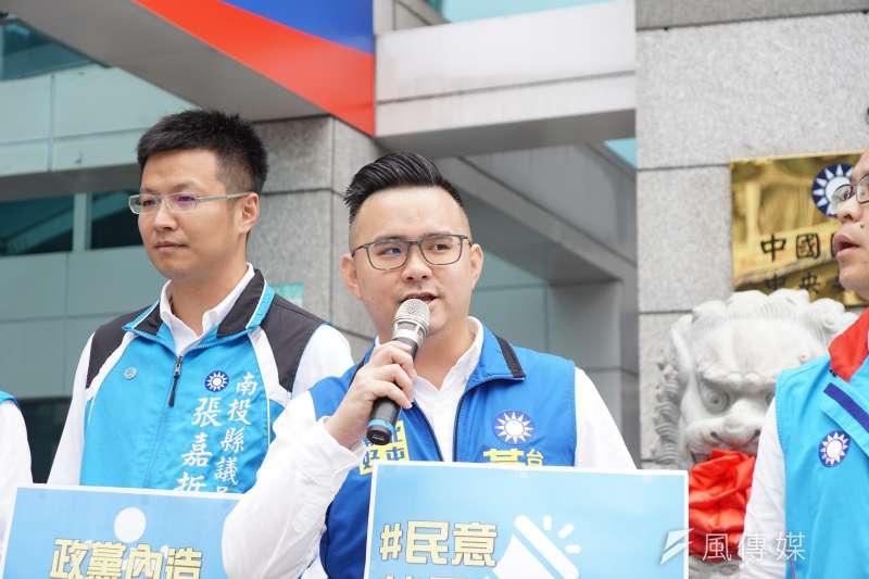 國民黨台中市議員黃健豪(右)等5位7年級中南部縣市議員發表《打破老政治宣言》,訴求不要趕在3月7日選出新任黨主席。(盧逸峰攝)