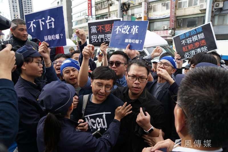國民黨青年支持者在中常會外抗議。(盧逸峰攝)
