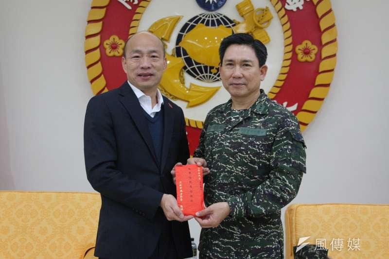高雄市長韓國瑜(左)選後銷假返回高雄市政府上班後,18日首度在臉書進行直播。圖為韓國瑜日前赴軍營拜年贈慰勞金。(資料照,徐炳文攝)