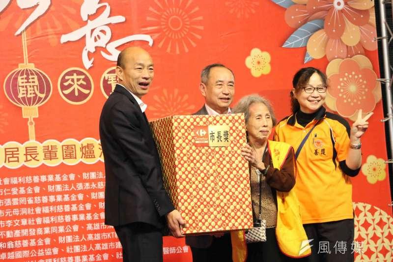 高雄市長韓國瑜頒發市長獎感謝慈善團體和志工朋友的付出。(圖/徐炳文攝)