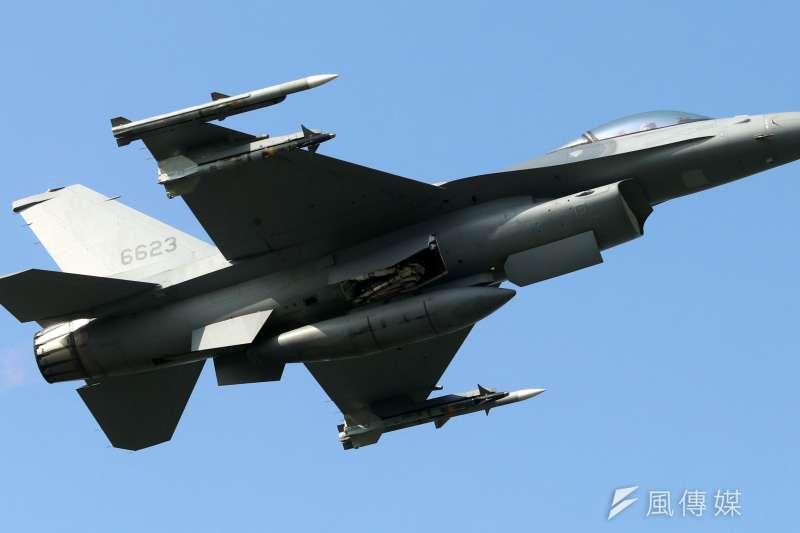 一架自空軍花蓮基地起飛的F-16戰機,起飛12分鐘光點自雷達消失,目前正在搜救中。示意圖,與新聞個案無關。(資料照,蘇仲泓攝)