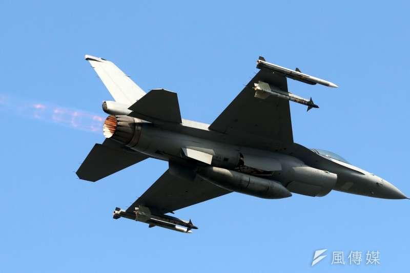 春節加強戰備巡弋,國防部15日於空軍嘉義第4聯隊現場展示「鳳展專案」執行的成果。圖為F-16V戰機。(蘇仲泓攝)