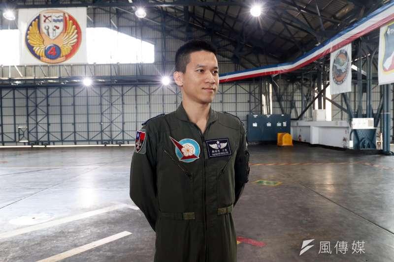 20200115-春節加強戰備巡弋,國防部15日於空軍嘉義第四聯隊現場展示「鳳展專案」執行的成果。圖為飛行員顏祥陞少校。(蘇仲泓攝)
