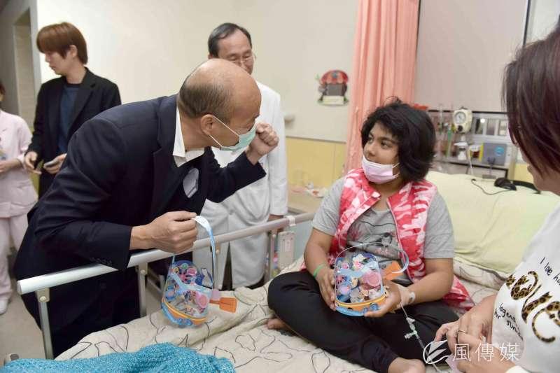 韓國瑜敗選回歸市政。圖為韓國瑜為孩童們加油打起。(圖/徐炳文攝)