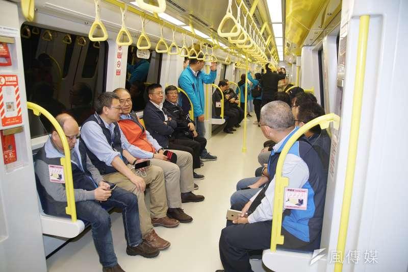 20200116-新北市長侯友宜16日視察捷運環狀線,市府同仁也一同搭乘體驗。(盧逸峰攝)