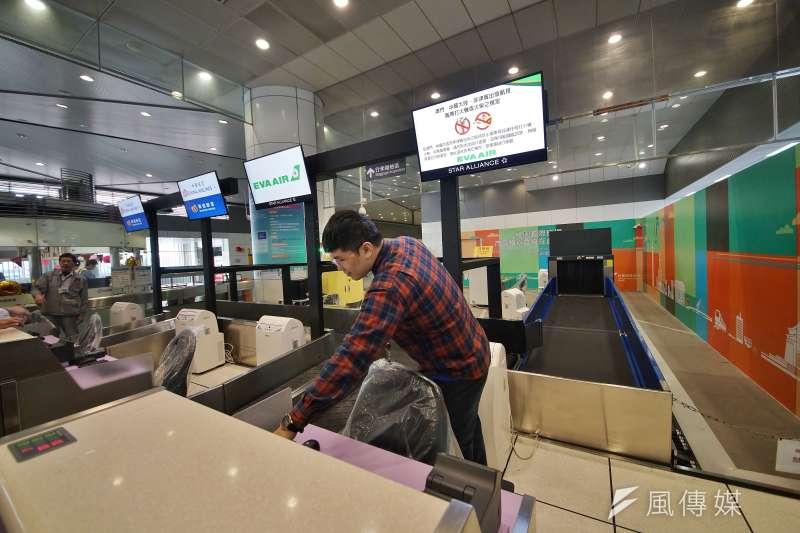 20200116-新北市長侯友宜16日視察捷運環狀線,圖為機場捷運A3站的預辦登機設施。(盧逸峰攝)