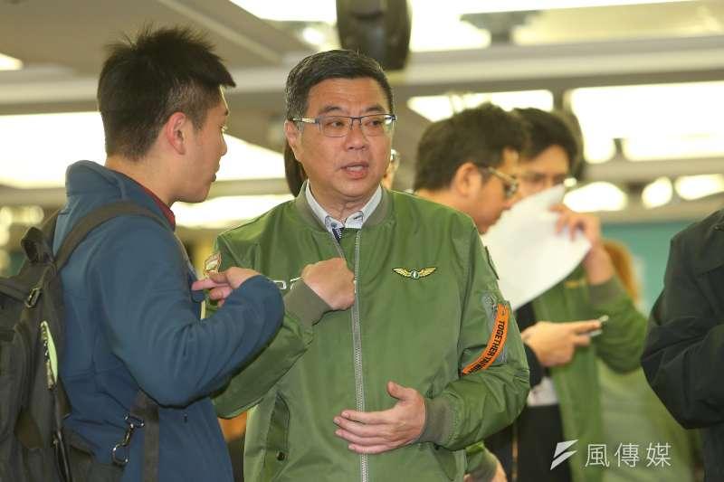 民進黨推出2020年大選的「勝選紀念版綠色飛行夾克」(左),12日正式開放預訂。(資料照,顏麟宇攝)