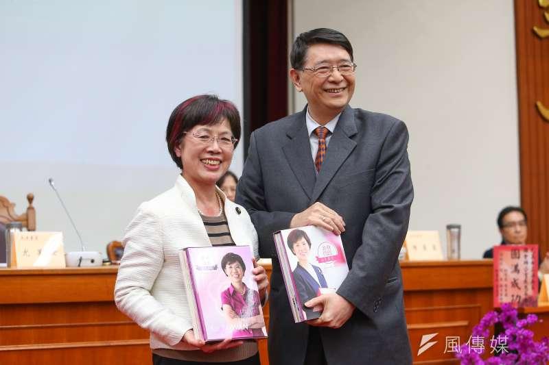 民進黨立委尤美女(左)即將告別國會,她表示卸任後會回去當律師。(顏麟宇攝)