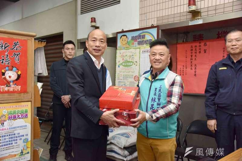 韓國瑜特別準備水果禮盒和開運紅包,一一慰問值勤員警、志工巡守隊連日來的辛勞。(圖/徐炳文攝)