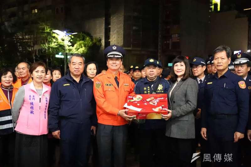 副議長陸淑美(右2)慰勞成功路派出所守望相助志工。(圖/徐炳文攝)