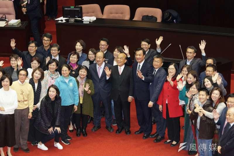20200120-立法院長蘇嘉全、行政院長蘇貞昌20日於院會與立委合影。(盧逸峰攝)