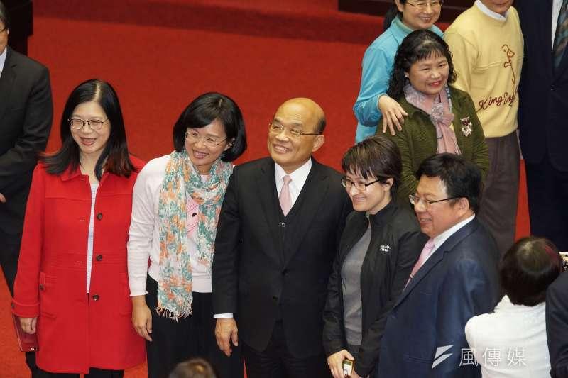 行政院長蘇貞昌(左三)感謝民眾的信任,表示會更努力以回應民眾期待。(盧逸峰攝)