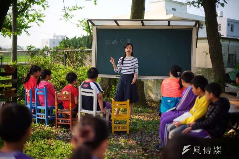 桃園社子國小校長賴美娟和小朋友在綠光教室中認識大自然。(圖/黑松教育基金會提供)