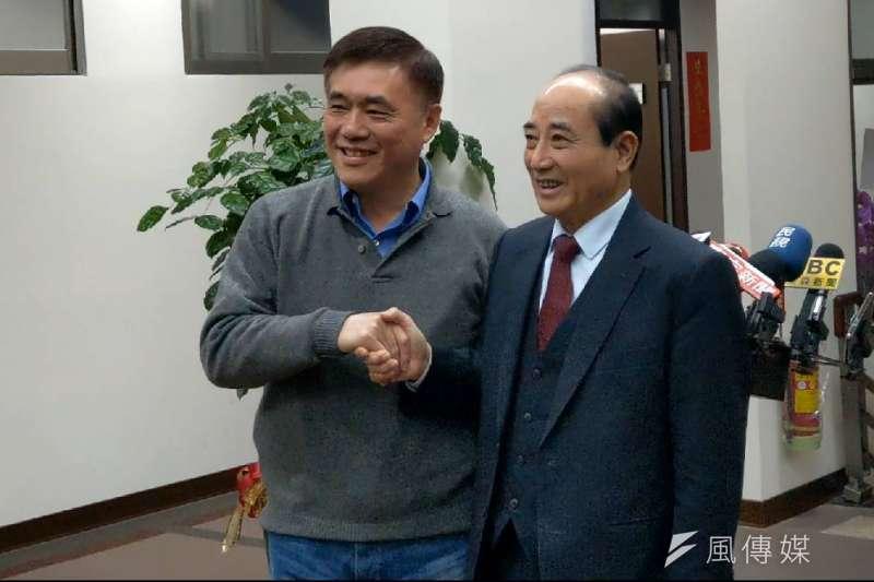 國民黨前副主席郝龍斌(左)宣布黨主席補選後,21日傍晚拜會前立法院長王金平(右),兩人閉門會談約半小時。(潘維庭攝)