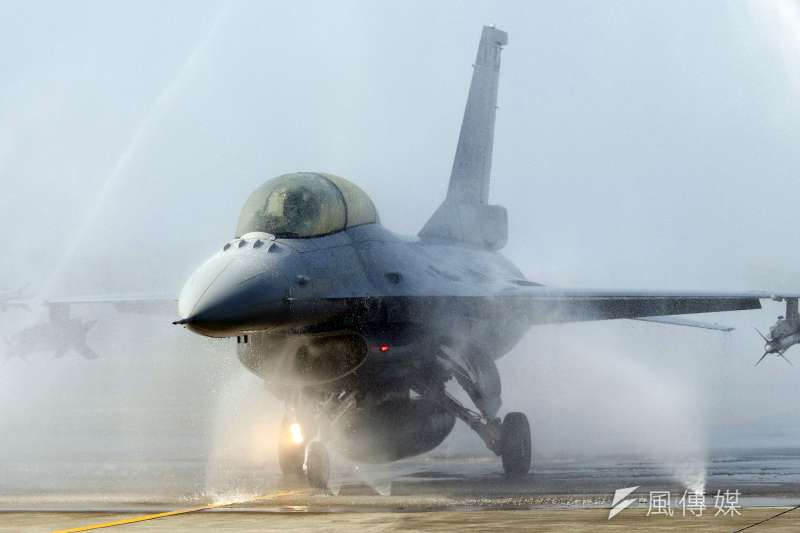 20200121-台灣四面環海,任務機在海面上飛行,回來時往往沾滿「鹽分」此時完整的清洗作業,能幫助裝備壽命延長,降低鏽蝕風險。圖為F-16V BLK20執行清洗作業。(蘇仲弘攝)