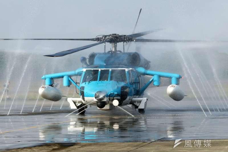 空軍嘉義基地有全軍第一座自動清洗站,自動化作業大幅降低清洗時間,基地內的戰機、直升機均可使用。圖為救護隊S-70C-6執行清洗作業。(蘇仲泓攝)