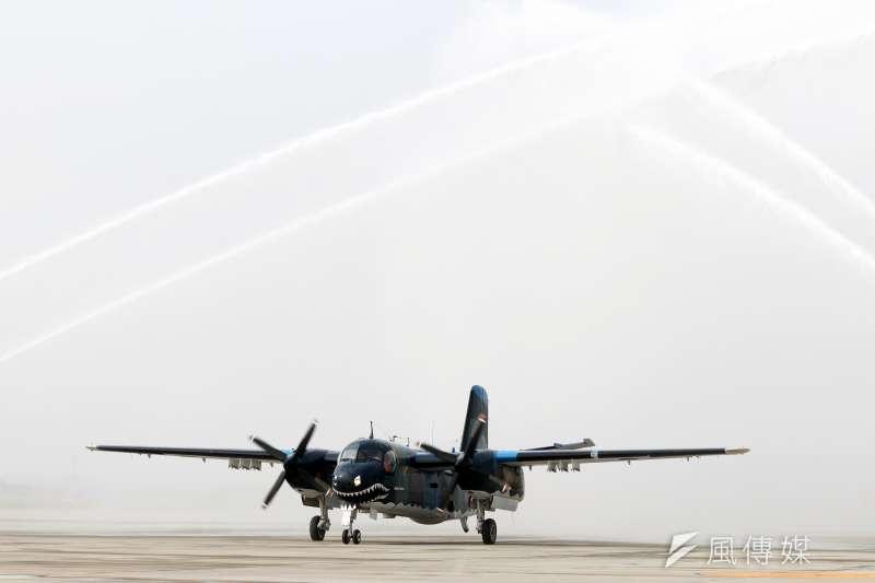 20200121-除了固定清洗飛機,還有一種情況也要對飛機噴水,就是迎新機或者送別的儀式。國軍2017年、2019年先後除役S-2T反潛巡邏機、UH-1H通用直升機,典禮中都安排噴水。圖為S-2T通過水幕。(蘇仲泓攝)