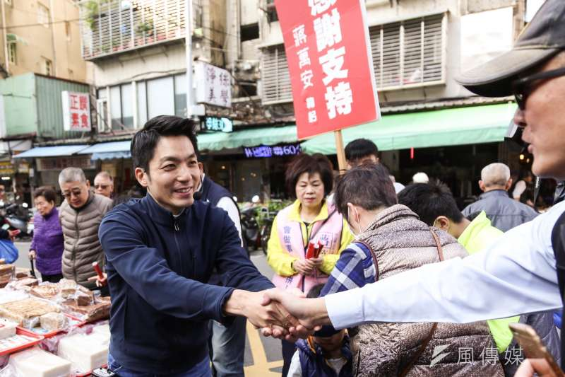 國民黨立委蔣萬安21日至長春市場謝票發放春聯。(簡必丞攝)