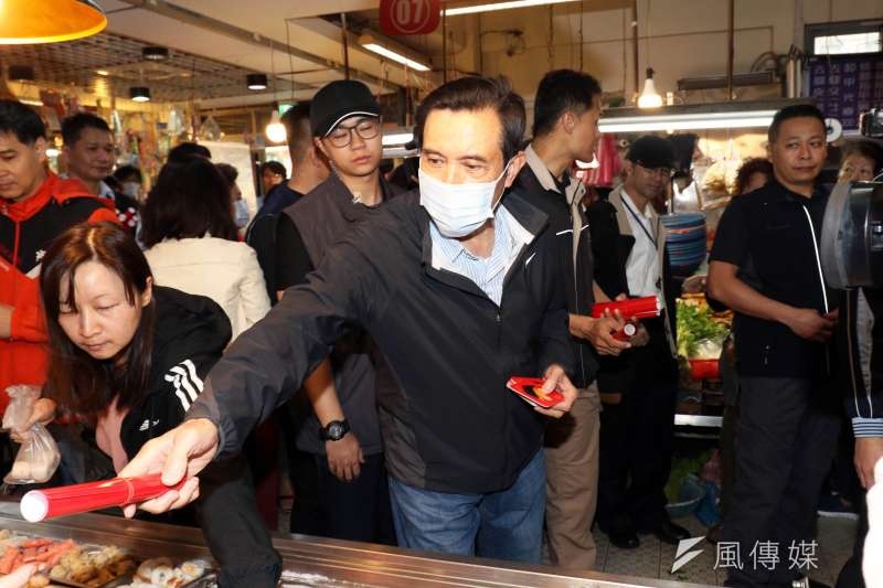 20200123-前總統馬英九上午戴著口罩在興隆市場買年菜、發春聯。(蘇仲泓攝)