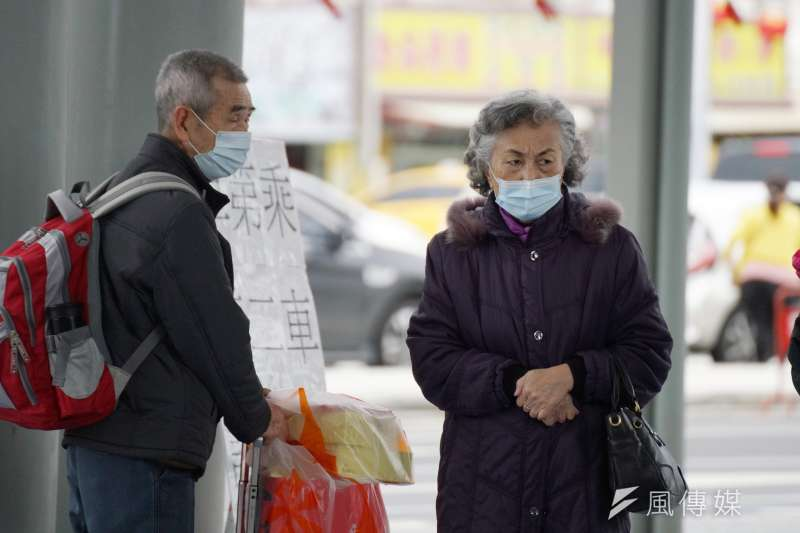 武漢肺炎升溫,台灣管制口罩出口1個月,但財政部關務署表示,旅客隨身攜帶數量合理的自用口罩出境沒問題。(資料照,盧逸峰攝)