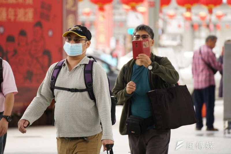 20200126-因應中國武漢肺炎,民眾紛紛戴上口罩防疫。(盧逸峰攝)
