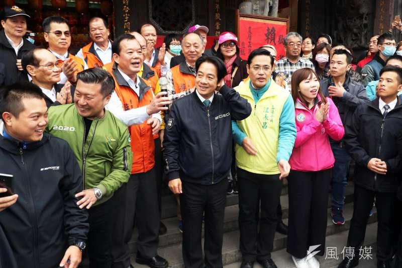 20200128-副總統當選人賴清德今天上午前往中和廣濟宮參拜,並在現場發送紅包。(蘇仲泓攝)
