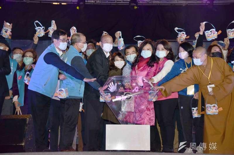 高雄市長韓國瑜率三位副市長及各局處首長等團隊蒞臨高雄燈會藝術節啟動儀式。(圖/徐炳文攝)