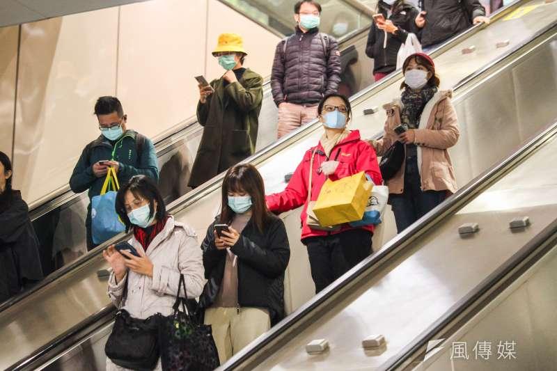 武漢肺炎疫情延燒,民眾為防疫搶購口罩,造成口罩缺貨。針對過期口罩,醫師指出,只要口罩沒有這3種狀況,在防疫的非常時期還是可以使用。(資料照,蔡親傑攝)