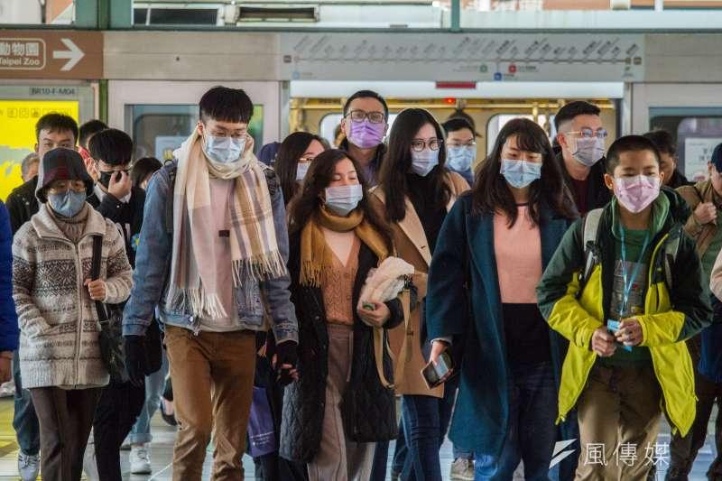 新冠肺炎疫情持續延燒,不少人都自發性配戴口罩預防感染。示意圖。(資料照,蔡親傑攝)