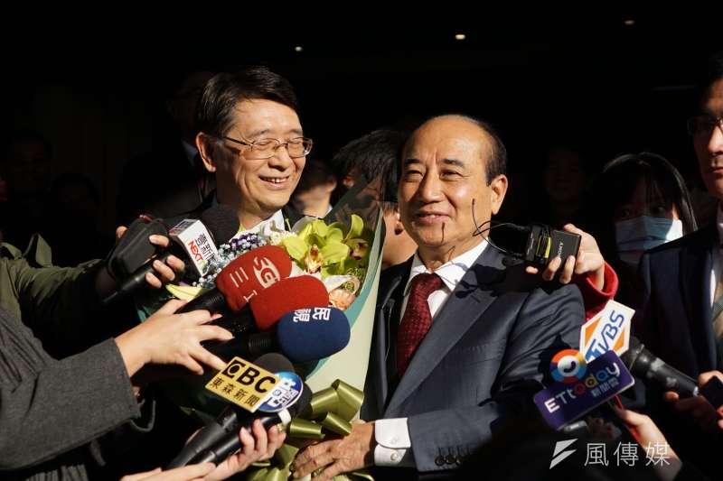 前立法院長王金平於立法院最後巡禮,秘書長林志嘉獻花致意。(盧逸峰攝)