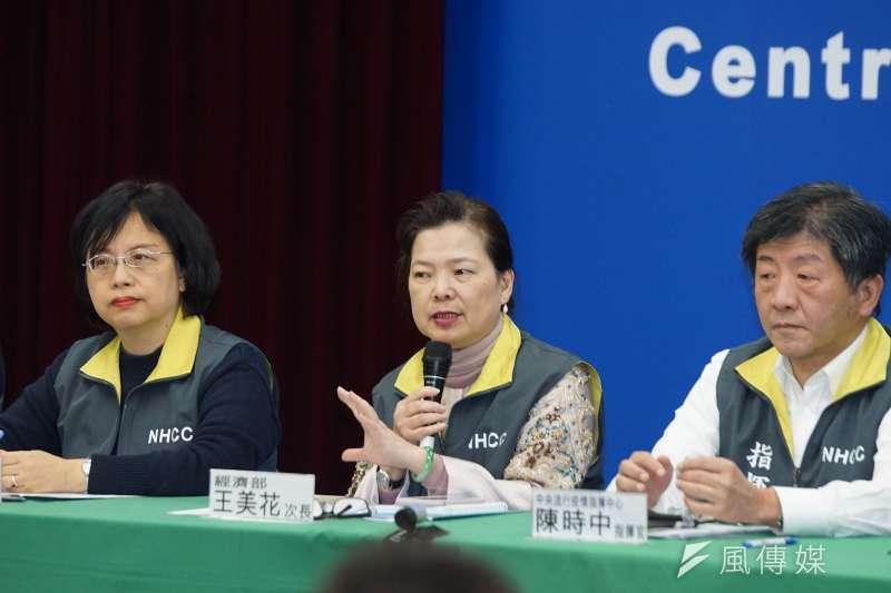 經濟部次長王美花(中)表示,口罩禁止出口將延長到4月底,政府徵用口罩也會同步延長到4月底。(資料照,盧逸峰攝)