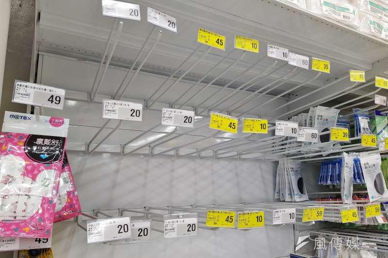 20200127-武漢肺炎疫情使民眾搶購口罩、造成大賣場口罩缺貨。(盧逸峰攝)
