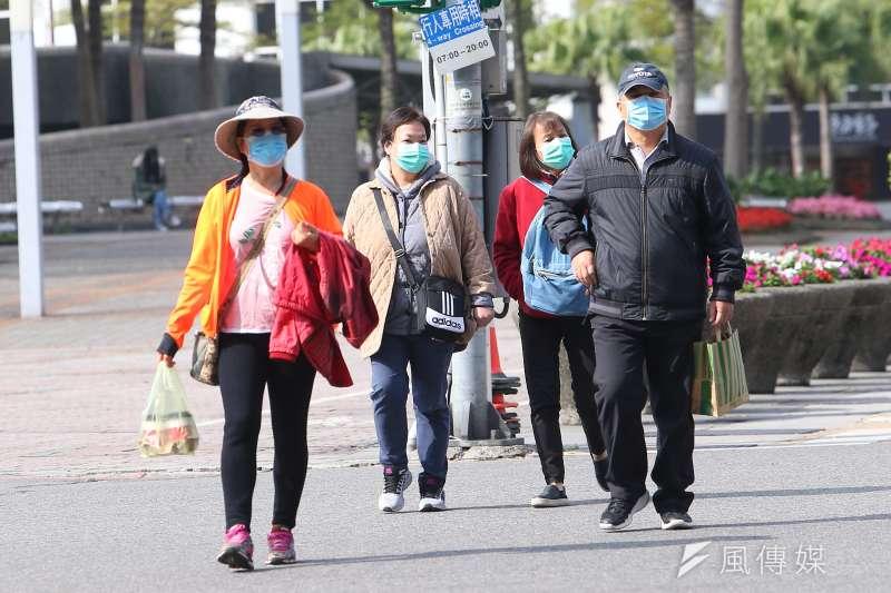 武漢肺炎疫情持續,民眾配戴口罩上街。示意圖。(顏麟宇攝)