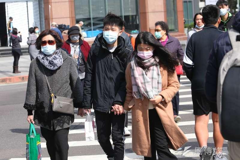 作者認為,從1月25日行政院公告口罩禁止出口起,所有社群媒體及人心風向即亂了套,自2003年SARS事件結束以來,面對各式流感所建立的機制,在此時此刻完全消失殆盡。(資料照,顏麟宇攝)