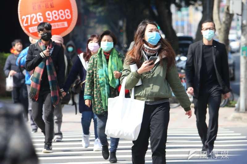 武漢肺炎延燒,文化部與出版業者討論後,決定將預定於上周上場的台北書展延到5月舉行,圖為民眾30日外出多數戴上口罩。(顏麟宇攝)