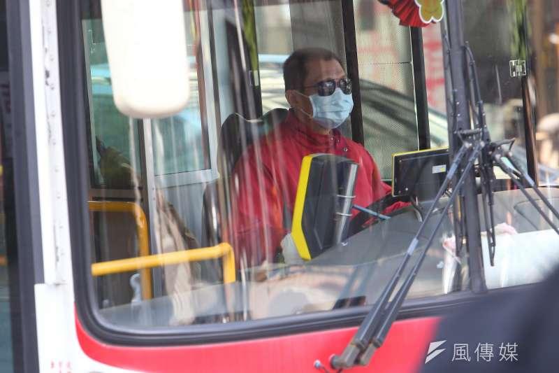 23日晚間台北1名婦人搭公車時不配合配戴口罩,全車乘客只好下車準備搭乘其他公車。示意圖。(資料照,顏麟宇攝)