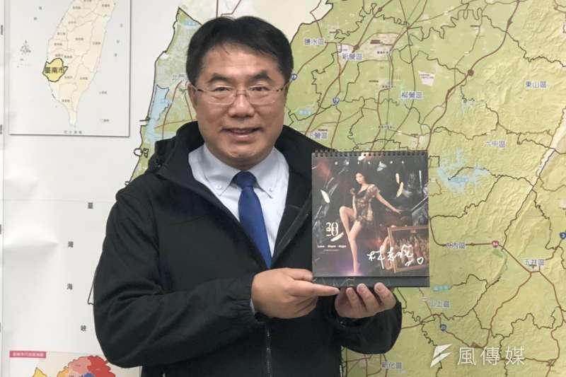 名模林志玲桌曆「Love, Share, Hope」,親筆簽名贈黃偉哲市長。(圖/台南市政府新聞及國際關係處提供)