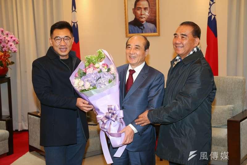 國民黨立委江啟臣(左)31日拜會前立法院長王金平(中),謝謝他大半輩子、44年奉獻給中華民國立法院。(顏麟宇攝)