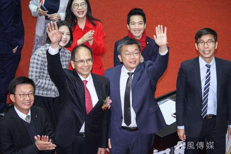 民進黨游錫堃(左二)、蔡其昌(右二)當選立法院正、副院長,宣誓研議18歲公民權的國會改革。(蔡親傑攝)