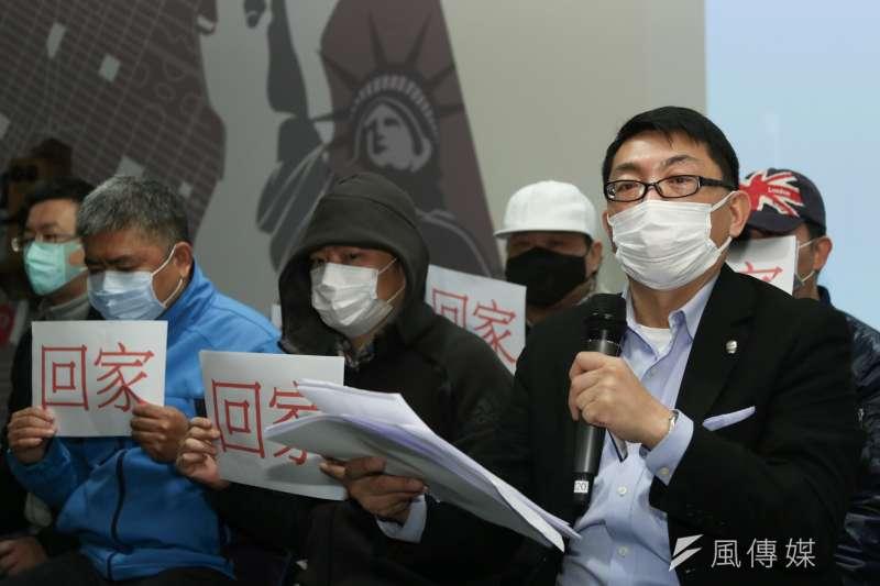 台商會長徐正文(右ㄧ)促成第一架撤離包機却成了「豬八戒」。(簡必丞攝)